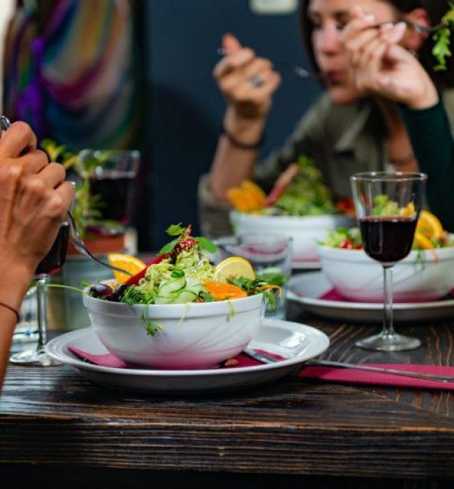 Ystävykset syövät kuopiolaisessa ravintolassa