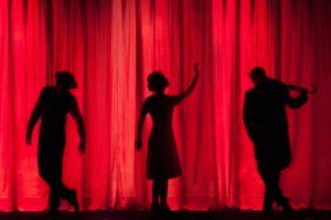 Näyttelijöitä teatterilavalla
